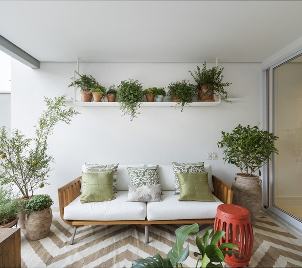 A área de transição entre o living e o quintal, com menos de 15 m², é um dos espaços mais concorridos da casa paulistana. O sofá é da Franccino e os vasos, da L'Oeil. (Foto: Rafael Renzo/Divulgação)