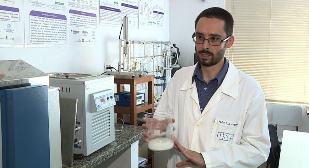 Segundo pesquisador da Esalq, uso de gás de ozônio no processo torna plástico mais resistente — Foto: Ronaldo Oliveira/EPTV