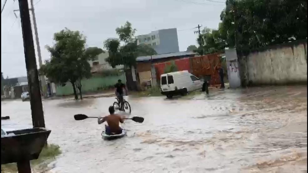 Homem é visto navegando com barco na rua Alexandre Guimarães — Foto: Reprodução/WhatsApp