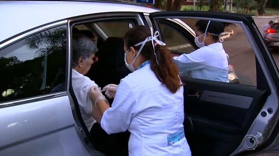 Vacinação contra a gripe em postos de 'drive thru' é suspensa, em João Pessoa
