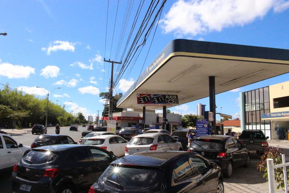 Em posto onde aumento ainda não foi repassado, motoristas fizeram fila em Teresina (Foto: Junior Feitosa/G1)
