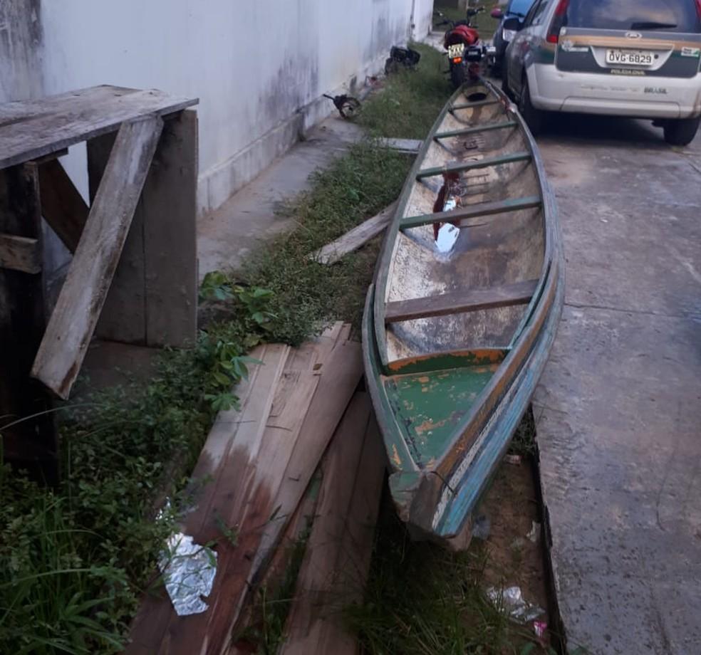 Canoa usada para cometer roubos e assaltos foi apreendida  (Foto: Adelcimar Carvalho/G1)