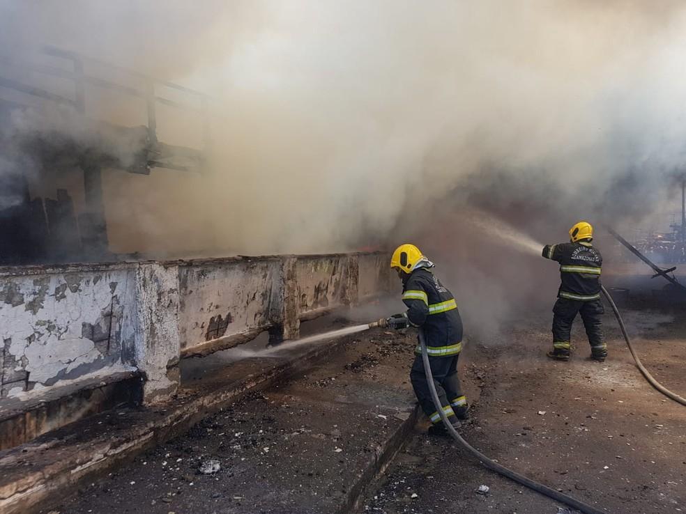 Bombeiros foram acionados para conter chamas em barco (Foto: Divulgação/Corpo de Bombeiros)