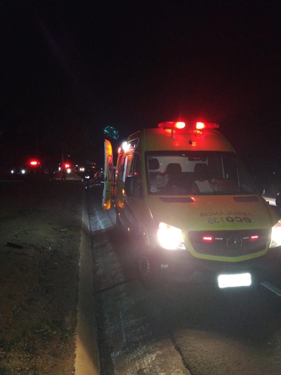 Ocupantes do carro foram socorridos pela ambulância da ECO-135 — Foto: Polícia Militar/Divulgação