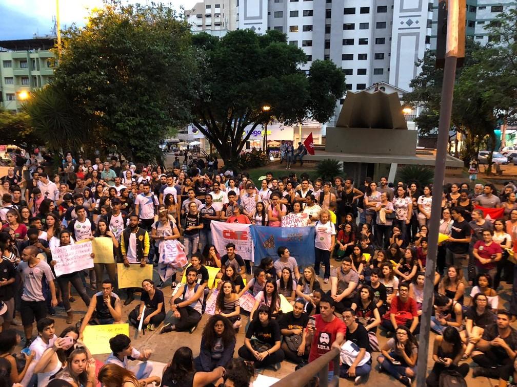 Divinópolis (MG) tem protesto contra bloqueios na educação — Foto: Matheus Garrôcho/G1