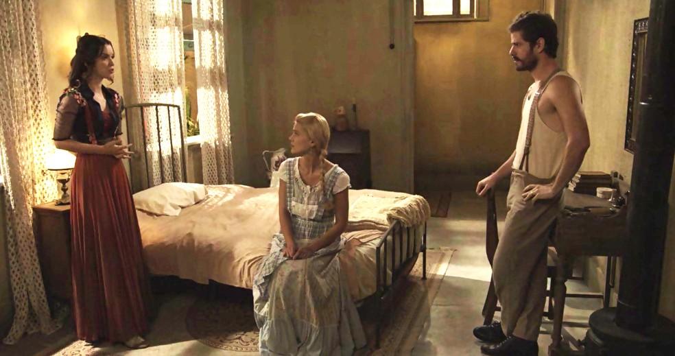 Jane e Camilo contam a verdade sobre carta falsa para Elisabeta (Foto: TV Globo)