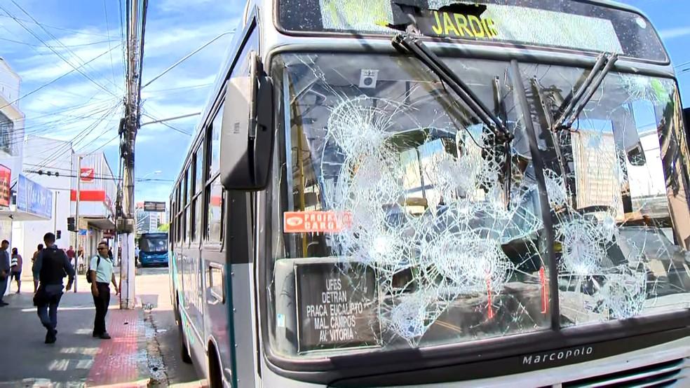 Ônibus depredado na Avenida Marechal Campos, em Vitória — Foto: Reprodução/TV Gazeta