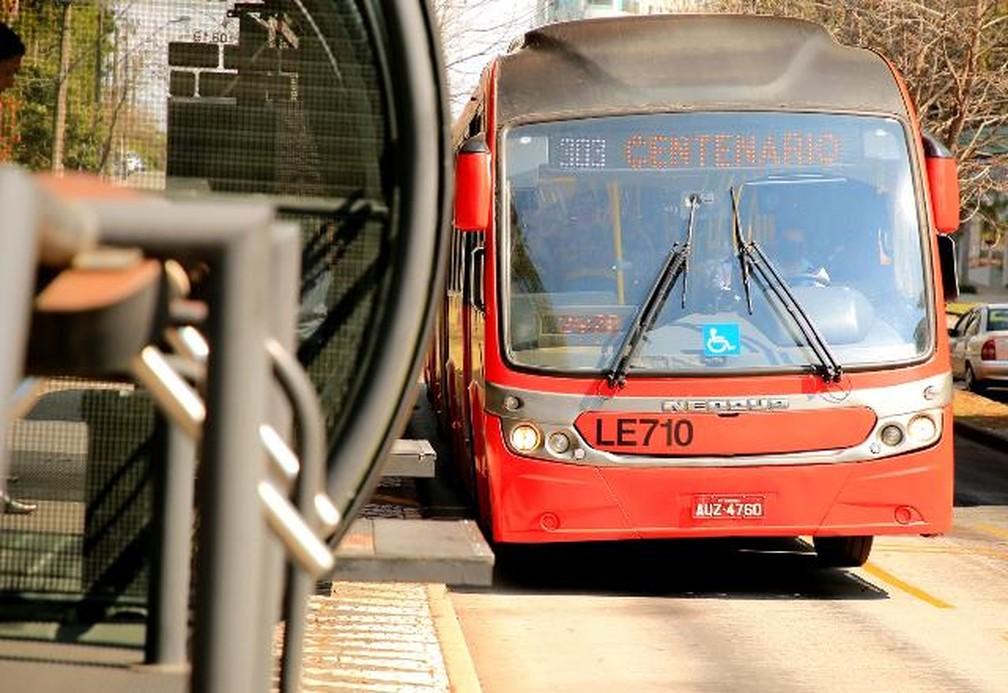 As estações-tubo são símbolos do transporte integrado de Curitiba — Foto: Wagner Araújo/TCE