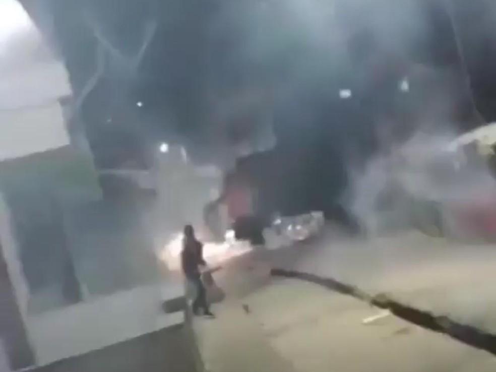 Guerra de fogos de artifício no bairro do Imbuí, em Salvador — Foto: Reprodução/Imbuí Notícias