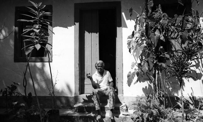 Madame Satã em sua casa na Ilha Grande, em 1974