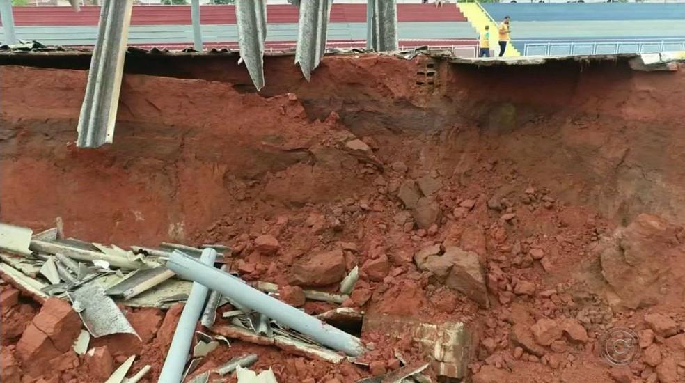 Área segue interditada porque técnicos avaliam que ainda há risco de novos deslizamentos — Foto: TV TEM/Reprodução