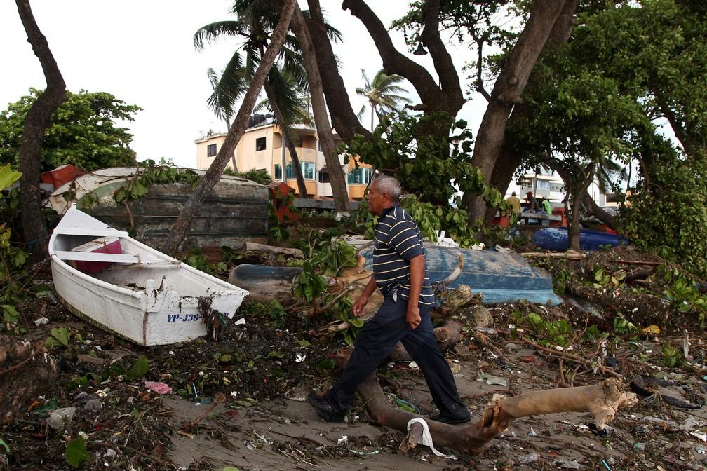 Homem passa por escombros após passagem do furacão Irma, em Puerto Plata, na República Dominicana (Foto: Ricardo Rojas/Reuters)