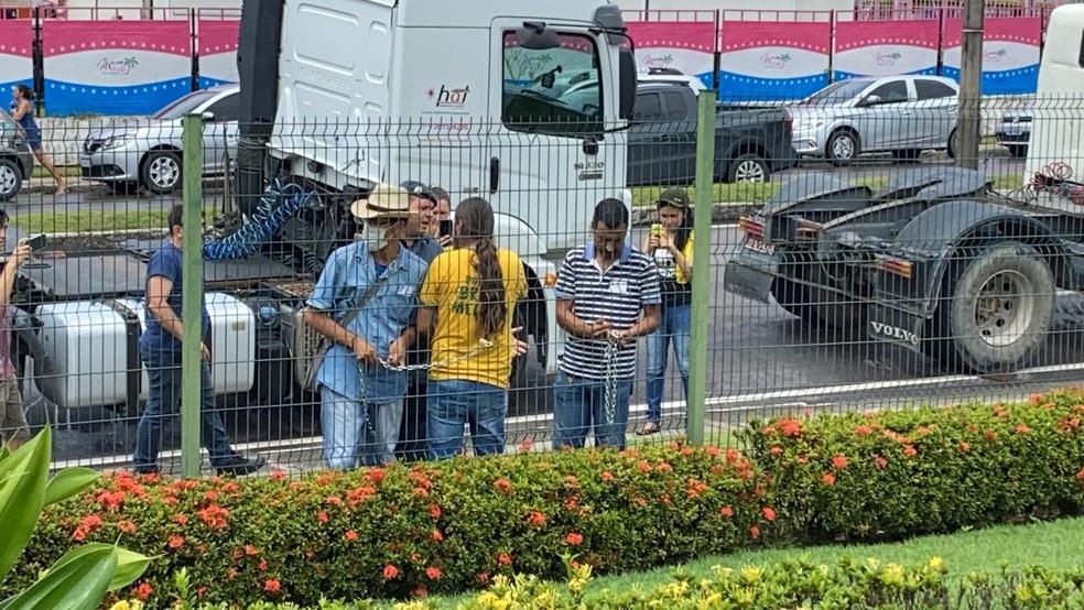 Caminhoneiros se acorrentam em frente à Assembleia Legislativa do AM em protesto contra preço dos combustíveis — Foto: Carolina Diniz/G1 AM