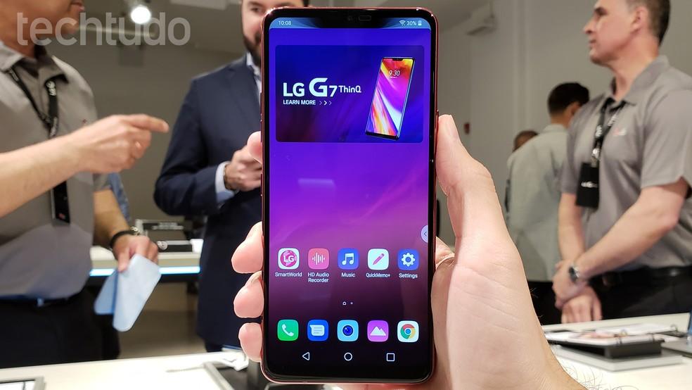 A grande tela do LG G7 ThinQ de 6,1 polegadas e resolução QuadHD+ (Foto: Thássius Veloso/TechTudo)