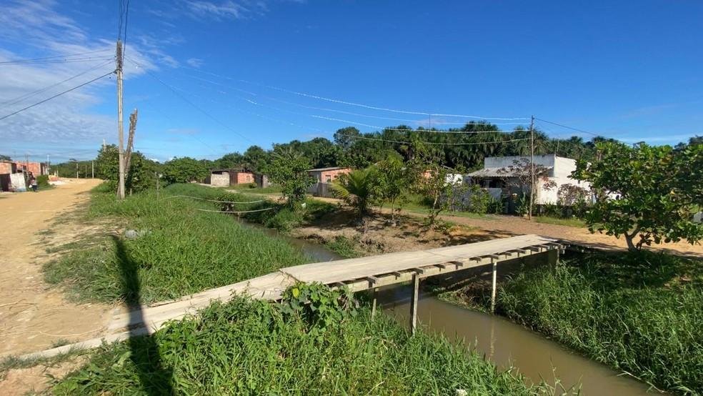Corpo foi encontrado em igarapé na noite desta terça-feira (14), em Manaus — Foto: Patrick Marques/G1 AM