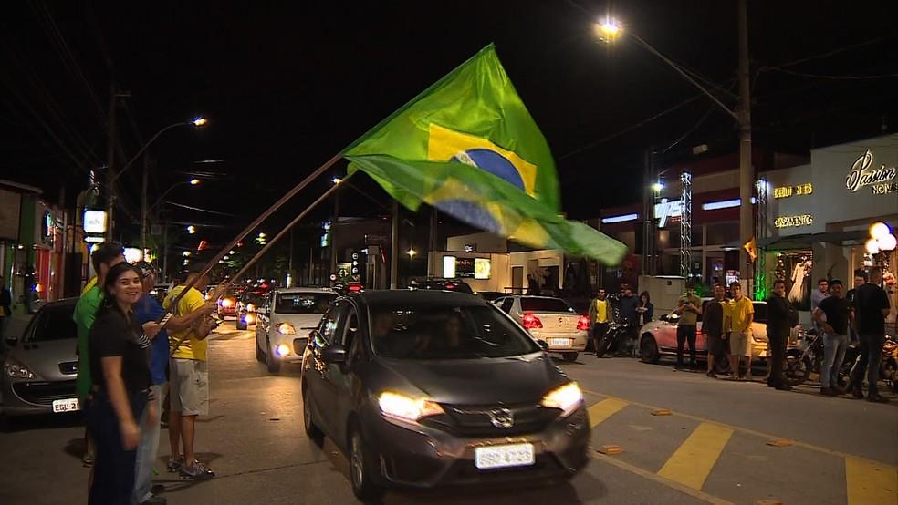 Eleitores fazem festa na avenida Itália, em Taubaté, pela eleição de Bolsonaro — Foto: Reprodução/TV Vanguarda