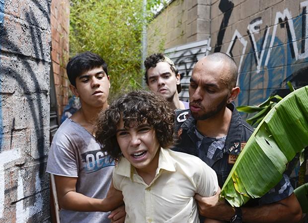 João (Igor Jansen) é sequestrado pelos capangas (Foto: Lourival Ribeiro/SBT)