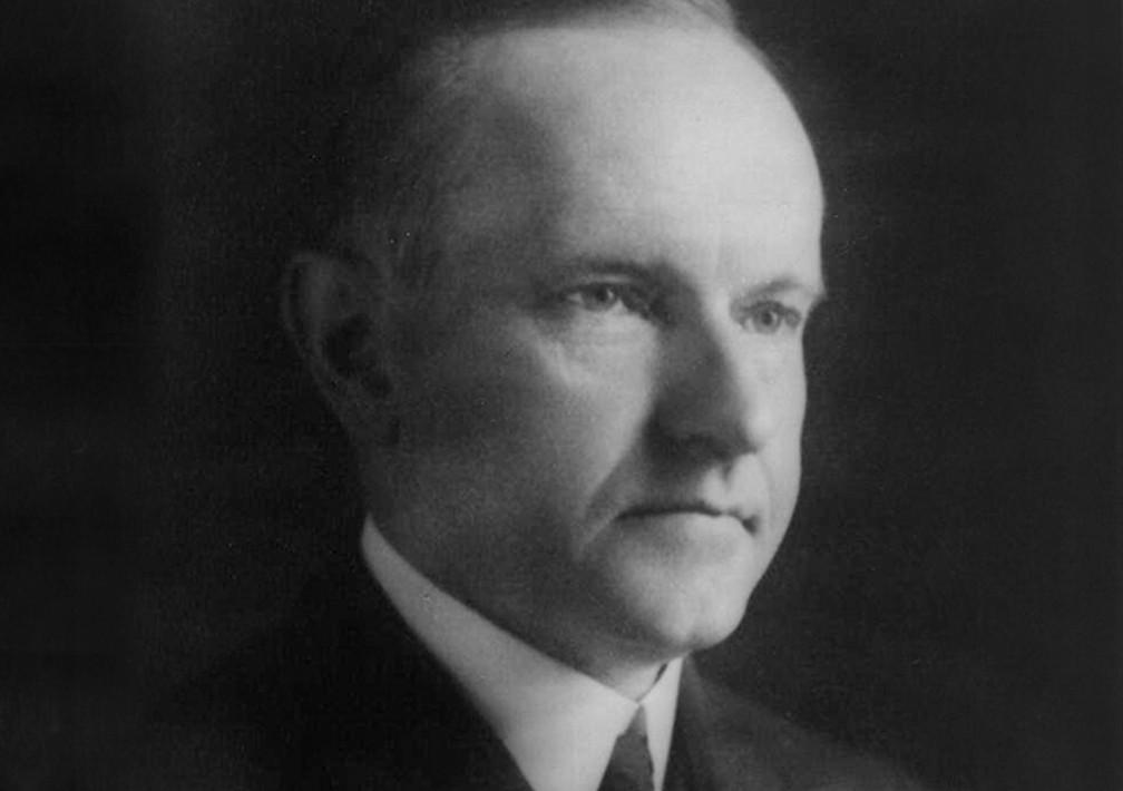 Durante um jantar na Casa Branca, Coolidge ficou fixado em um retrato do presidente John Adams, comentando que sua cabeça parecia muito brilhante. Coolidge ordenou a um empregado que esfregasse um trapo nas cinzas da lareira, subisse em uma escada e aplicasse as cinzas na pintura para escurecer a cabeça de Adams. — Foto: Casa Branca