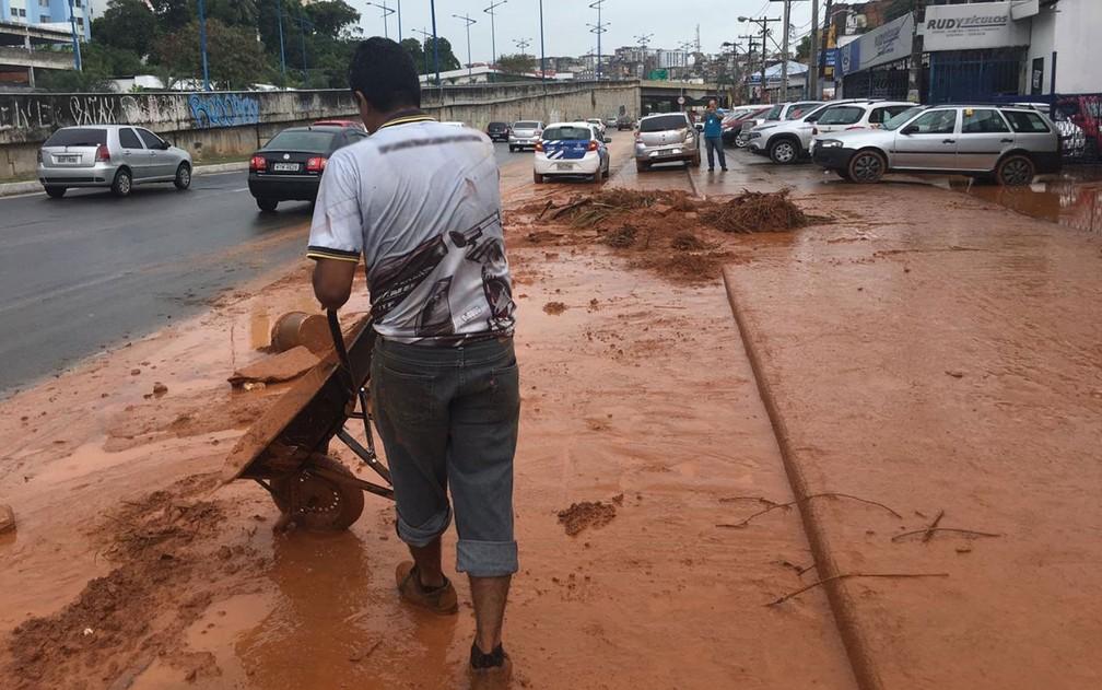 Funcionários da revendedora ajudaram na retirada da lama que invadiu empresa em Salvador — Foto: Alan Oliveira/G1