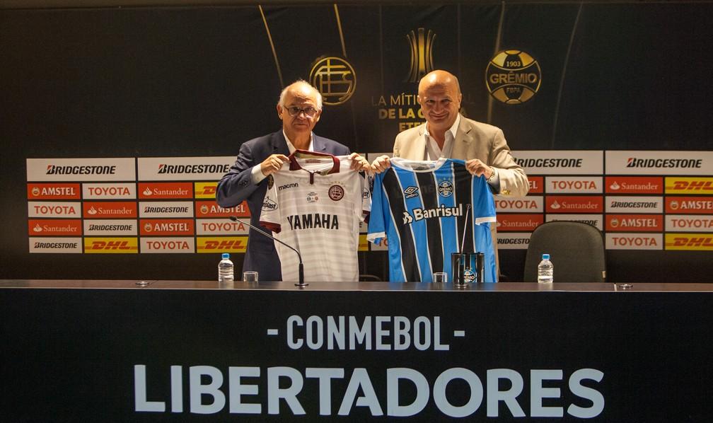 Romildo Bolzan posa ao lado do presidente do Lanús Nicolás Russo (Foto: Lucas Uebel/Grêmio)