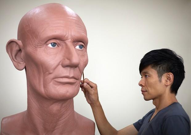 Kazuhiro trabalhando na escultura de Abraham Lincoln (Foto: Reprodução)