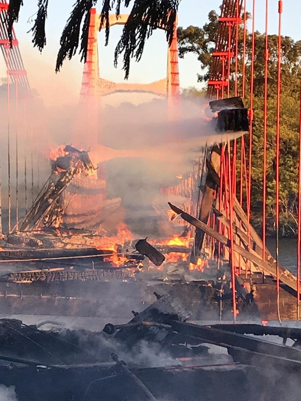 Segundo os bombeiros, fogo teve início por volta das 4h deste sábado — Foto: Arquivo pessoal