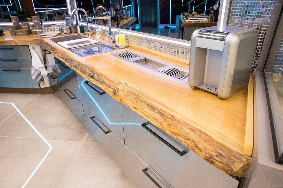 A madeira maciça da Madeirado na bancada da cozinha — Foto: Globo