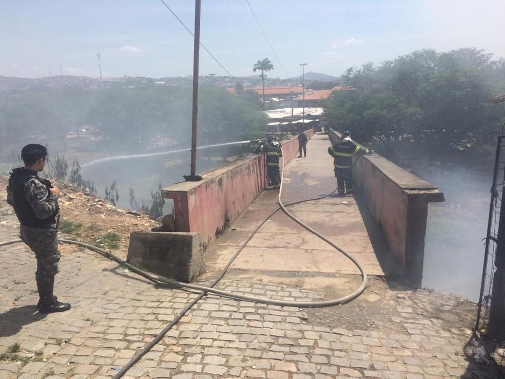 Incêndio na ponte da Feira do Troca em Caruaru — Foto: Franklin Portugal/TV Asa Branca