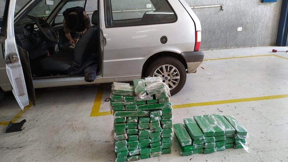 PM encontrou 88 tabletes de maconha escondidos no carro — Foto: PM/Divulgação