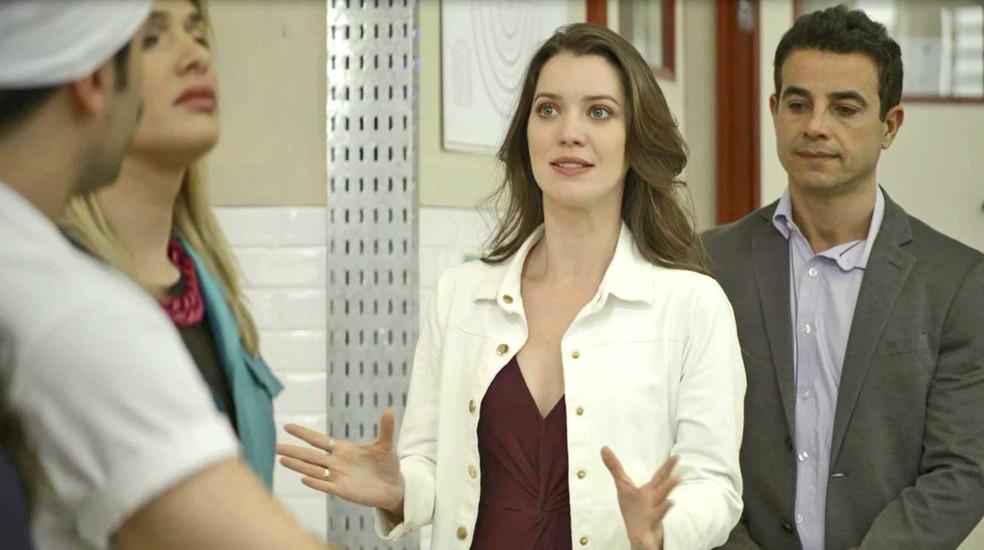 Fabiana (Nathalia Dill) segue os conselhos de Márcio (Anderson Di Rizzi) e diz a Britney (Glamour Garcia) que se excedeu, na novela 'A Dona do Pedaço' — Foto: Globo