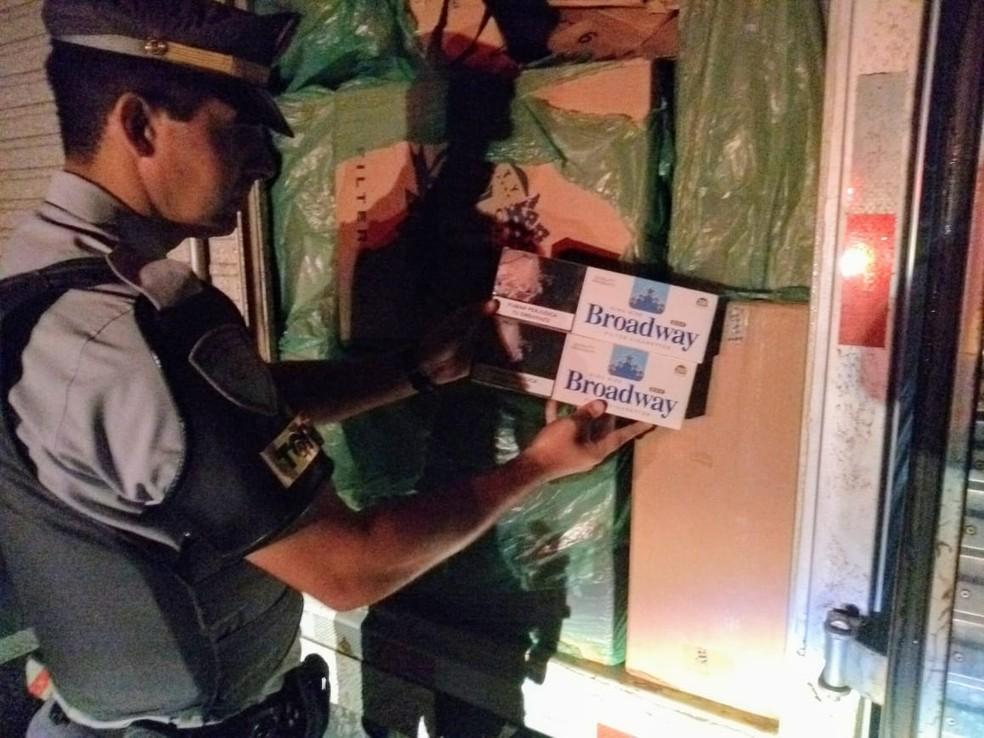Motorista é preso com 300 caixas de cigarros contrabandeados em rodovia de Itatinga — Foto: Polícia Rodoviária Federal/Divulgação