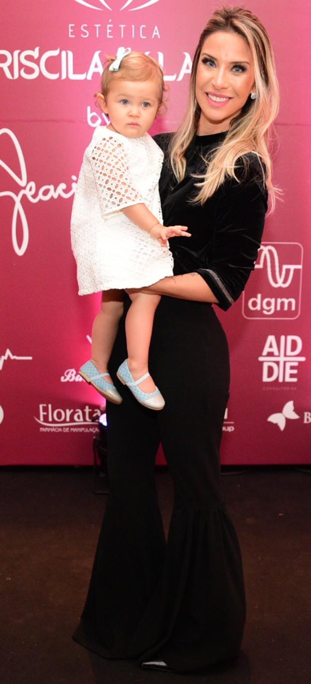 Lizi Benites e a sua pequena Liz (Foto: Leo Franco / Agnews)