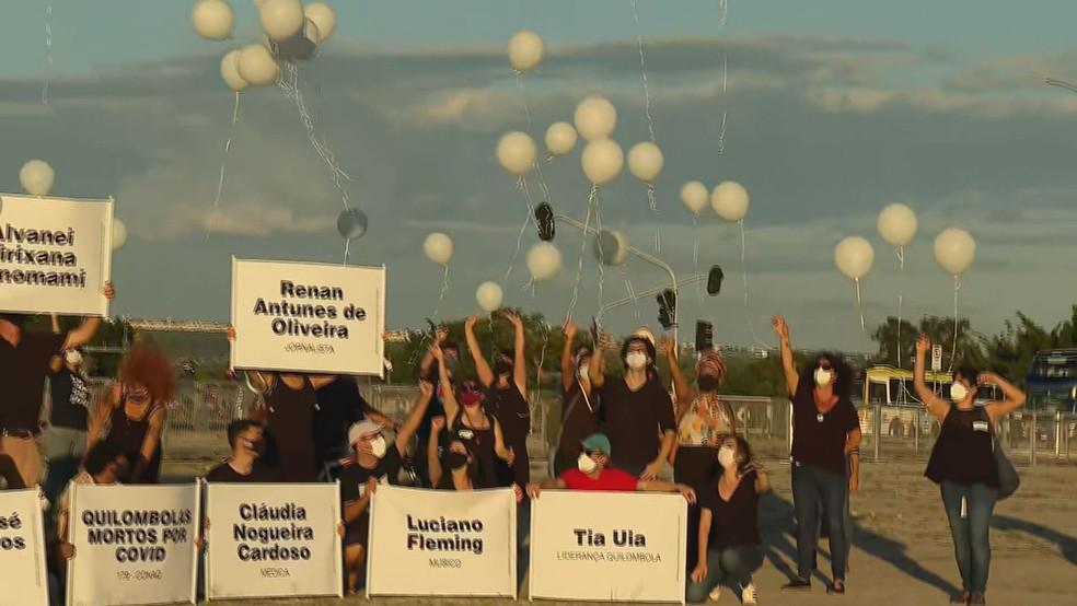 Manifestantes soltam balões em homenagem a vítimas da Covid-19 no DF — Foto: TV Globo/Reprodução