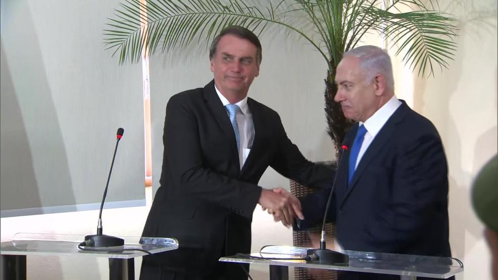 Bolsonaro e Netanyahu se cumprimentam durante encontro no Forte de Copacabana — Foto: Reprodução/TV Globo