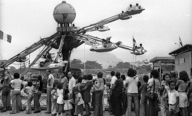 Público aguarda para se divertir em brinquedo no Tivoli, em maio de 1975
