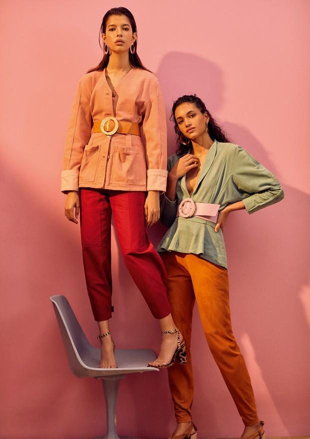À esquerda, blazer Isabel Marant na NK Store (R$ 3.691), calça Reinaldo Lourenço (R$ 1.283), cinto Lilly Sarti (R$ 992) e sandálias Schutz (R$ 350). Abaixo, blazer (R$ 6.895), calça (R$ 4.720) e cinto (R$ 992), tudo Lilly Sarti (Foto: Ivan Erick)