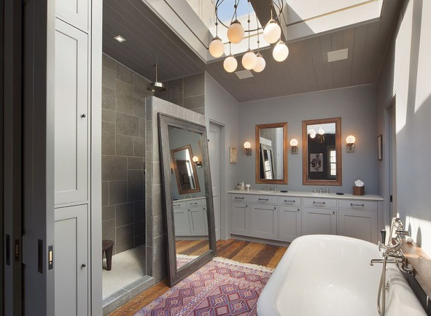 A luz entra no banheiro através de uma janela no teto (Foto: Scott Parks Realty/ Reprodução)
