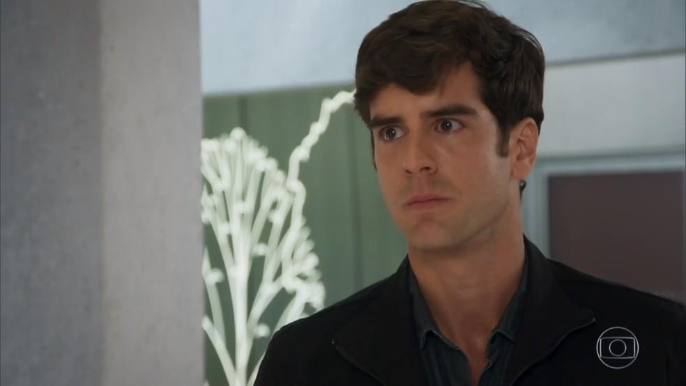 Felipe (Marcos Pitombo) rebate os insultos de Jéssica (Karen Junqueira) - 'Haja Coração' — Foto: Globo