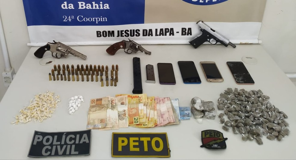Polícia apreendeu armas, drogas, celulares e dinheiro com os suspeitos — Foto: Divulgação/SSP-BA