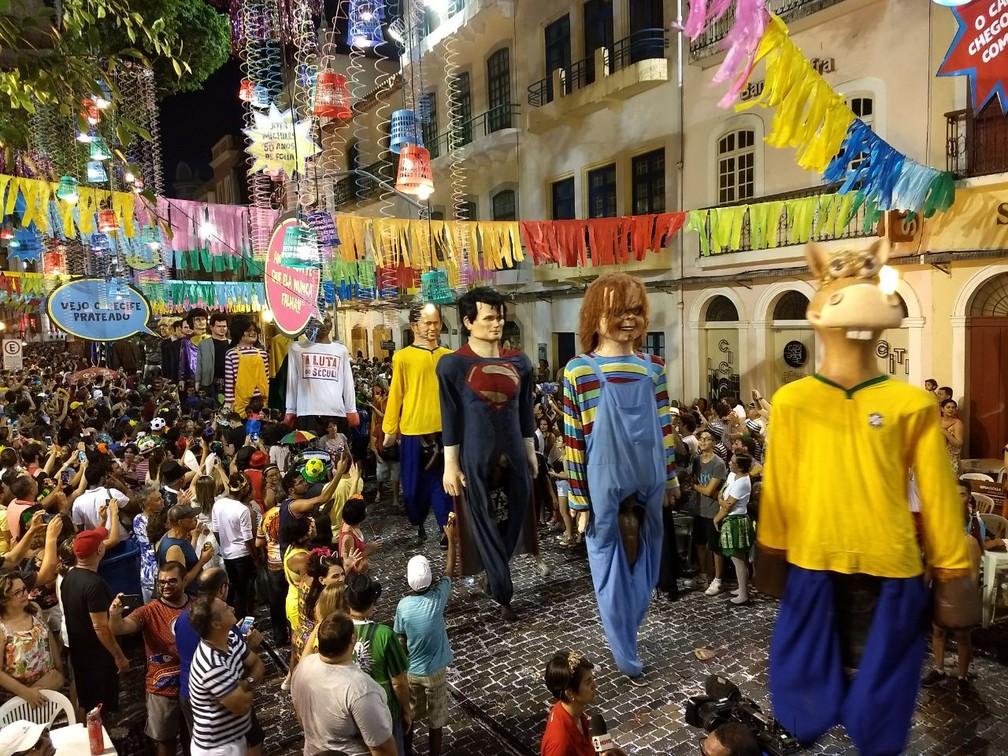 Cerca de 50 bonecos gigantes desfilaram pelo Bairro do Recife nesta terça-feira (13) (Foto: Penélope Araújo/G1)