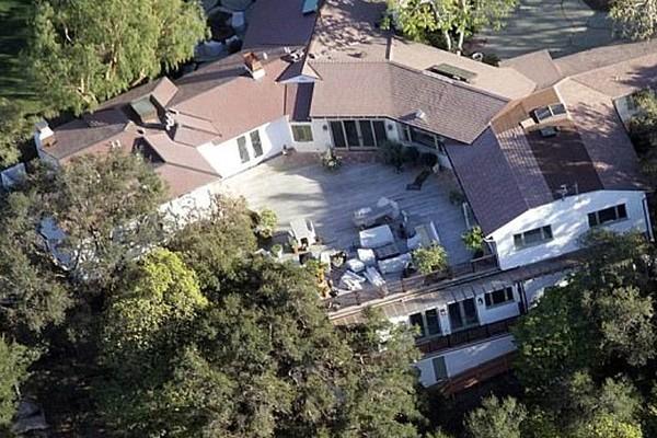 A casa vendida pelo ator Ben Affleck e pela atriz Jennifer Garner ao casal composto pelo músico Adam Levine e pela modelo Behati Prinsloo (Foto: Divulgação)