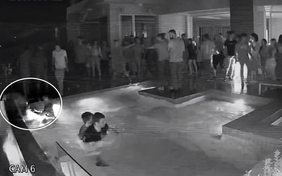 Câmera de segurança registra quando jovem empurra rapaz que saía de piscina em Caldas Novas, Goiás — Foto: Reprodução/TV Anhanguera