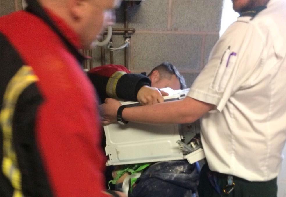 Cinco bombeiros trabalharam para soltar o jovem (Foto: Reprodução/Youtube/WestMidsFire)