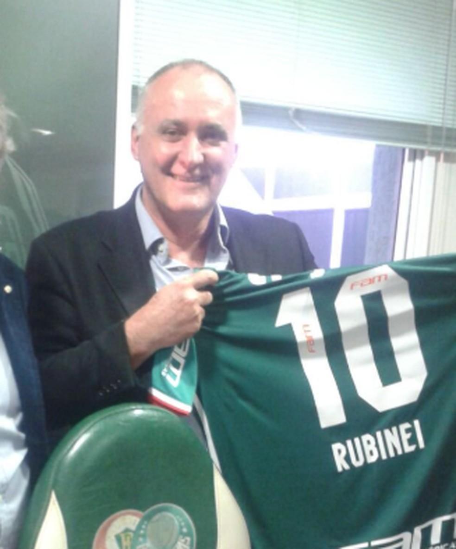 Rubnei Quícoli, que se apresenta como representante da Blackstar Limited International, recebeu uma camisa do Palmeiras com seu nome após visita a Paulo Nobre, na época que este era presidente do clube — Foto: Reprodução / Twitter