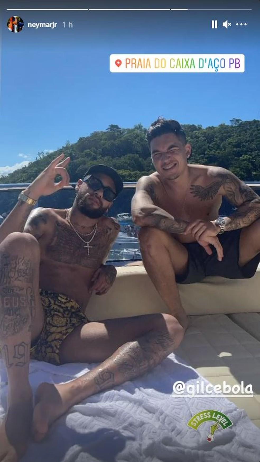 Neymar e um 'parça' - como costuma chamar os amigos - em praia de Santa Catarina — Foto: Reprodução/Instagram