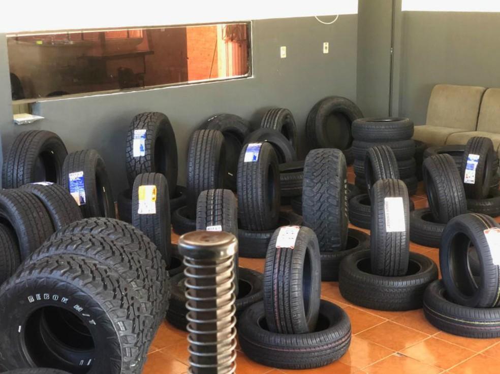 Os pneus contrabandeados do Paraguai foram recolhidos e levados para a Delegacia da Receita Federal em Cascavel — Foto: PF/Divulgação