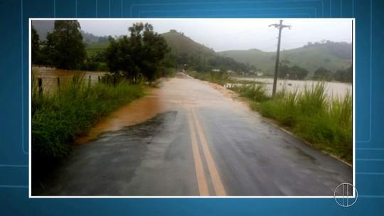 Chuva deixa família desalojada e ruas alagadas em Porciúncula, no RJ