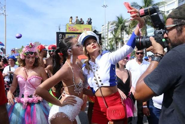 Ticiane Pinheiro faz selfie com Bruna Marquezine  (Foto: AgNews)