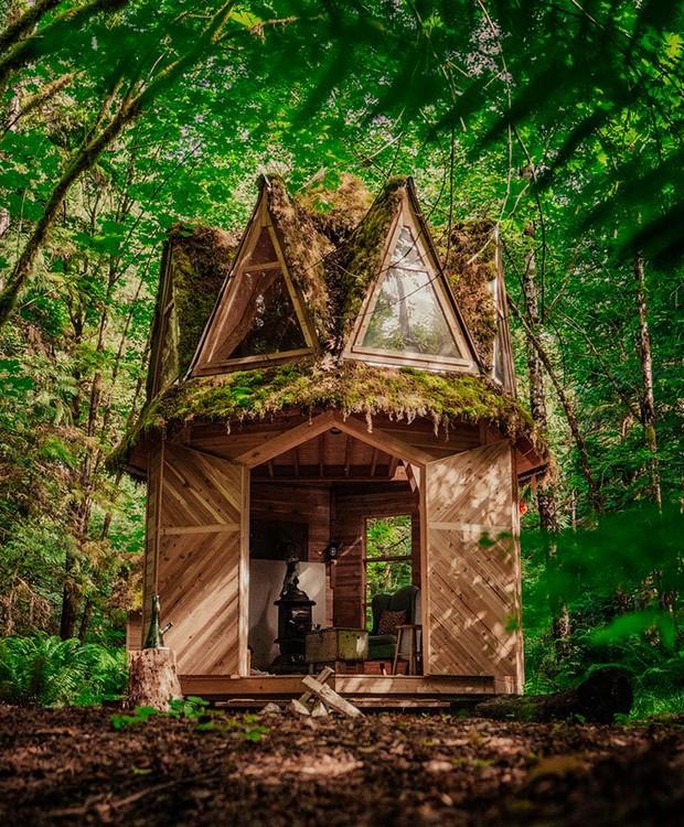 O telhado é coberto por musgo e plantas (Foto: Instagram/ Reprodução)