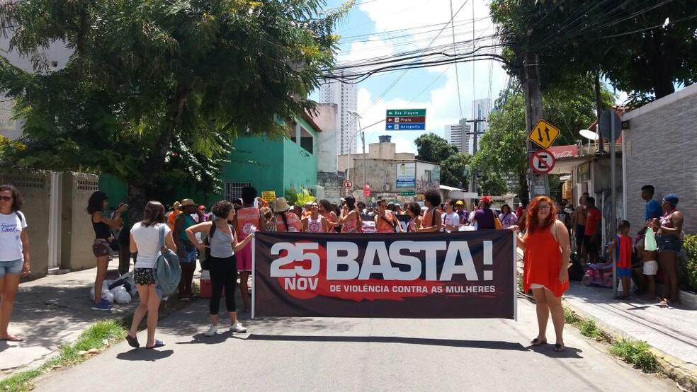 Ação, denominada 'Basta de Violência Contra a Mulher', foi acompanhada pelo maracatu Baque Mulher (Foto: Natália Cordeiro/Acervo Pessoal)